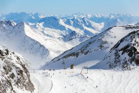 Vaikka Stubain hiihtoalueella on pääosin nopeita tuoli- ja gondolihissejä, joudutaan ylhäällä jäätiköllä käyttämään pääosin ankkurihissejä.