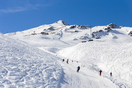Innsbruckin suurimpiin hiihtoalueisiin kuuluva Axamer Lizum on rinteiltään punasävytteinen. Aloittelijoille sopivia rinteitä on vain muutama.