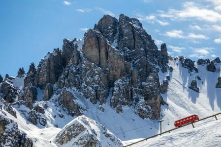 Axamer Lizumin hiihtoaluetta reunustava vuori on yläosastaan pystysuora kuten Dolomiittien vuoret.