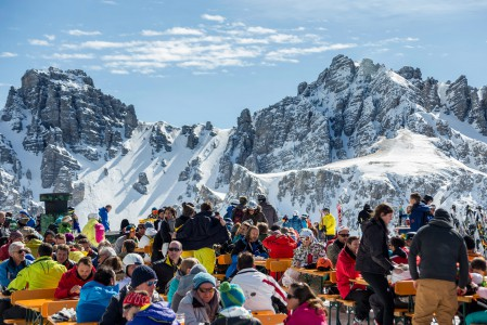 Axamer Lizumin Hoadl-yläaseman Hoadlhaus-rinneravintolan terassilta voi ihastella keskivertoa komeampia alppimaisemia.