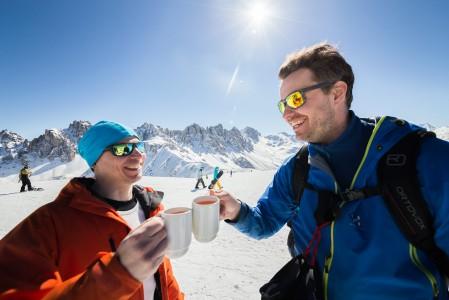 Jägertee on klassinen valinta iltapäivän alppiterassilla siinä vaiheessa kun laskut alkavat olemaan paketissa.