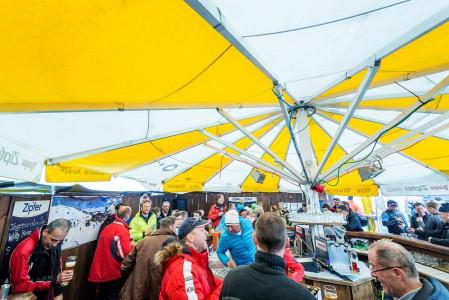 Itävallan tyypillisin afterski-paikka on pyöreä baaritiski telttakatoksella rinteen juurella, jossa alppijytkeen klassikot soivat suurella volyymilla.