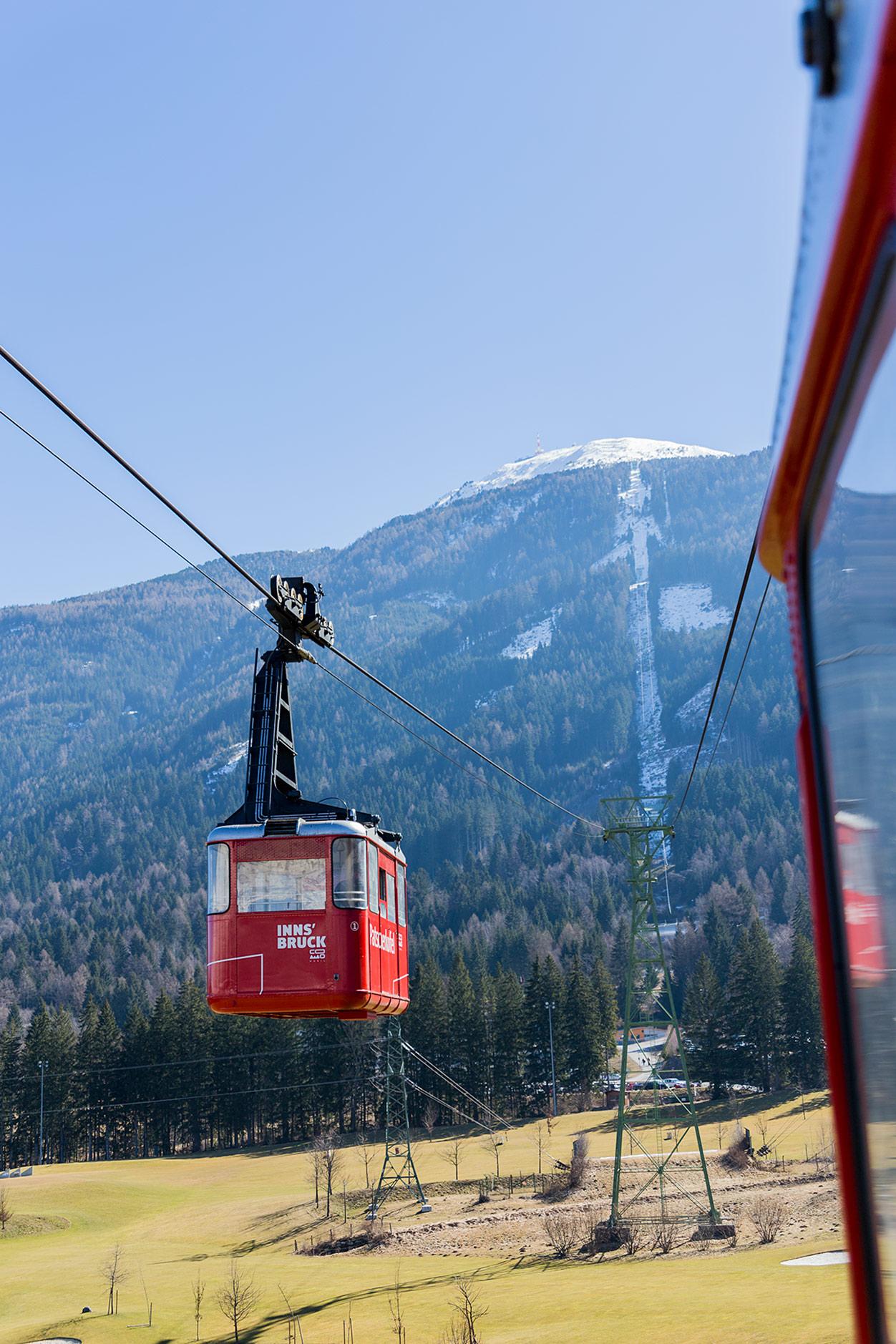 Klassinen kabiinihissi nostaa laskijat Iglsin kylästä kahdessa pätkässä yli kilometrin verran ylemmäs. Patscherkofelin hiihtoalue on toiminut kaksien talviolympialaisten näyttämönä.