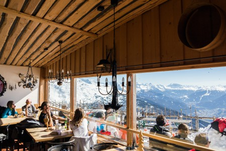 Hissien ulottumattomissa olevalle Patscherkofelin huipulle kiipeävää odottaa palkinto. Tunnelmallinen Gipfelstube Patscherkofel palkitsee nousijat herkullisilla keitoilla, salaateilla ja oluella.