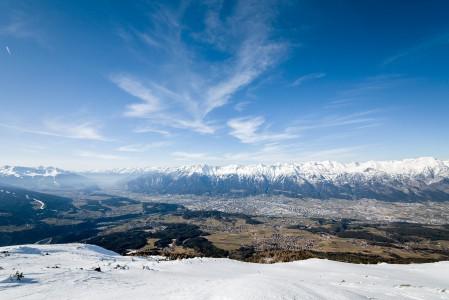 Patscherkofelin huipulta on esteettömät näkymät Innsbruckin kaupunkiin ja ympäröiville vuorille.