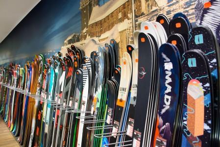 Garmisch-Partenkirchenin reissulla kannattaa pistäytyä ihmettelemässä Sports Conradin laajaa valikoimaa. Vaikka ostotarvetta ei olisikaan, saa verkkokauppaan painottuneen toimijan suuressa kivijalkalkamyymälässä käsityksen kauden tarjonnasta.