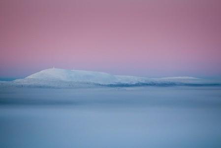 Pyhä-Luoston yhdistetty kansallispuisto muodostaa Suomen eteläisimmän tunturiketjun. 514 metriä meren pinnasta nouseva Ukko-Luosto erottuu Pyhän maisemasta selkeästi noin kahdenkymmenen kilometrin päässä.