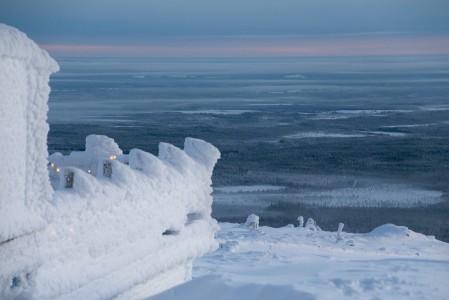 Pyhän huipulla sijaitseva Tsokka-rinneravintola tarjoilee herkkujen lisäksi upeaa maisemaa. Talvisin ravintola saa luonnolta upean valkoisen kuorrutuksen.