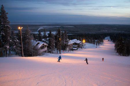 Ideaalinen hiihtokeskusmajoitus on mallia ski-inn, eli sisään ja ulos pääsee laskemalla. Esimerkillisiä majoitusten sijainteja löytyy mm. Pyhän perherinteen vierestä.