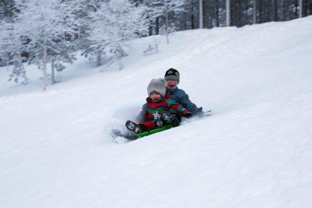 Lähes jokaisessa hiihtokeskuksessa pääsee oheistoimintana nauttimaan pulkkamäestä. Suosittelemme kaikille muillekin kuin lapsiperheille.