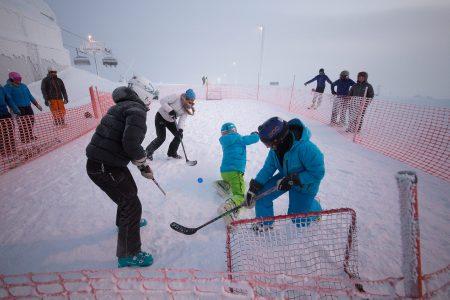 Pyhän huipulta voi löytyä yllättäviä aktiviteetteja. Lumisähly on innovatiivinen esimerkki siitä, mitä kaikkea tunturin huipulla voi tehdä.