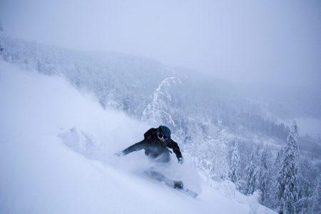 Svanstein Ski tarjoaa useampia hienoja offarilaskuja, joiden varrelta voi olettaa löytävänsä puuterikätköjä.