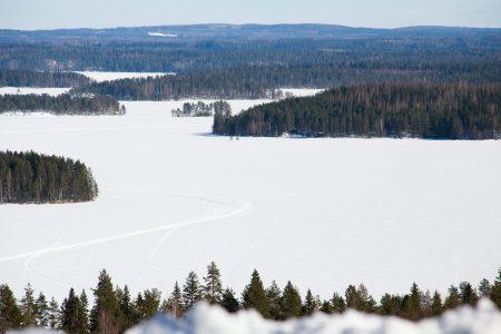 Pääskyvuori on maisemiltaan Keski-Suomen hiihtokeskusten parhaimmistoa. Näkymä avautuu Kermajärvelle, ja silmät pysähtyvät mieluusti tähän tunnelmaan.