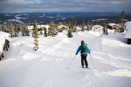 Trysilin mökkikylä nousee pitkälle ylöspäin tunturin kylkeä. Mökkikylän läpi kiemurtelee rinne, ja ski in + out -periaate toteutuu esimerkillisesti.