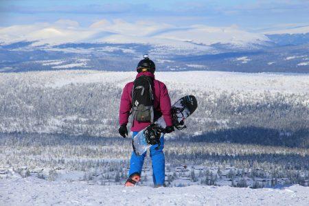 Trysilin huipulta näkyy myös Ruotsin puolella sijaitsevia tuntureita. Ympäröivässä maisemassa muita tuntureita erottuu lähinnä pohjoisessa ja lännessä. Taustalla nousee Fulufjälletin kansallispuisto Ruotsin puolella.