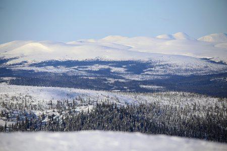 Trysilistä on noin 27 km linnuntietä Ruotsin rajalle. Taaemmat tunturit kuuluvat Fulufjälletin kansallispuistoon Ruotsin puolella.