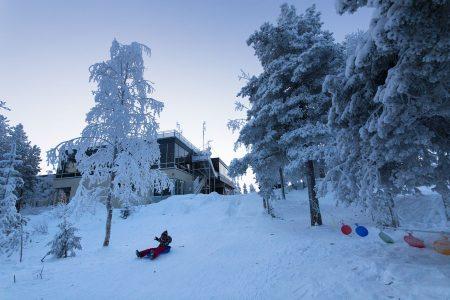Ounasvaaran huipulla sijaitsee Lapland hotel Sky. Tuolihissin yläaseman vieressä yöpymisessä on aina oma tunnelmansa.