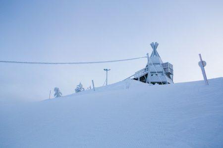 Ounasvaaran Tottorakan puolen rinteissä saa vauhtia myös ilman massiivista lähtötornia. 140 metrin korkeusero tarjoaa Rovaniemeläisille kunnon pudotuksen lähimäessään.