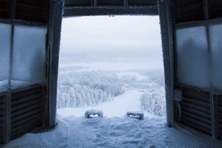 Rauhaa Ounasvaaran Tottorakan huipun lähtötornissa hetkeä ennen vauhtiin syöksymistä.