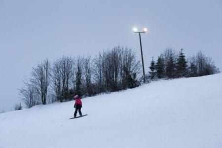 Harmaalla kelillä ja lumisateessa rinnevalaistus auttaa päivälläkin näkemään rinteen muodot paremmin.