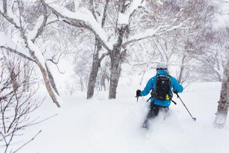 Tiheällä lumisateella ja kovemmalla tuulella metsä pelastaa puuteripäivän. Kiroron metsät ovat sopivan harvoja laskemiseen, mutta antavat näkyvyyteen tarvittavan kontrastin ja suojaavat harjanteilla ja huipuilla viuhuvalta tuulelta.