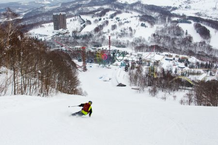 Hokkaidon Rusutsussa rinne kulkee talvella suljettuna olevan huvipuiston läpi. Viereisessä rakennuksessa huvipuistoon pääsee sisätiloissa talvellakin.
