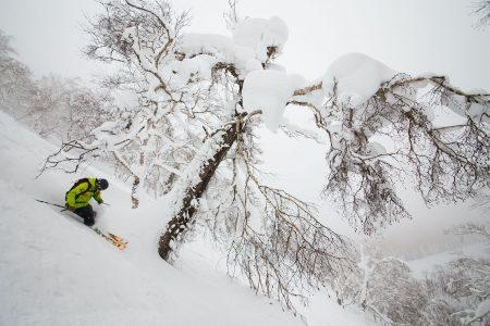 Rusutsun kolmesta hiihtovuoresta suurin on Mt. Isola. Vuorelta löytyy myös keskuksen laajimmat offarialueet.