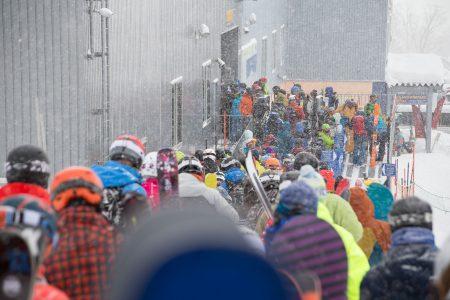 Nisekon suosion varjopuolena on hissijonot. Väkimäärän huomaa myös offareilla, jossa koskematonta lunta riittää vain nopeimmille.