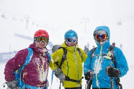 Lumipallon toimitusryhmän tutkimustyö on välillä kovaa hommaa pehmeässä lumessa.