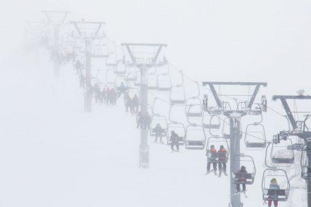 Nisekon Annupurin ylin tuolihissi on tuulisella kelillä viileä kokemus. Alueen parhaille offareille mennään tämän hissin kautta, joten kannattaa pukea lämpimästi päälle jos pehmeä lumi houkuttaa.