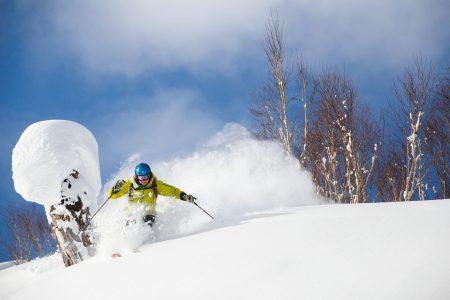 Sapporo Kokusain parhaisiin puoliin kuuluu offarilaskijoiden vähyys. Parhaat paikat saattaa hyvinkin päästä korkkaamaan itse.