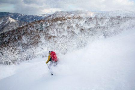 Sapporo Kokusain Asaridake -huipulta laskettaessa on parempi pysytellä harjanteiden tuntumassa. Kurujen pohjat ovat jyrkkäreunaisia ja mutkaisia. Lisäksi lumen alla kulkee vesi.
