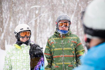 Lumikissan kyydissä pehmeille lumille nousijoita hymyilyttää. Harva Iwanai Resortin asiakkaista on saanut aiemmin vastaavaa määrää koskematonta lunta päivän aikana.