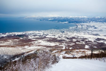 Iwanai Resort sijaitsee aivan Japaninmeren tuntumassa. Laskualue on suoraan pohjoiseen, meren suuntaan.