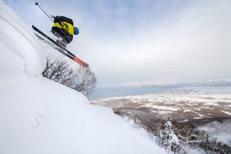 Lumilipat ovat usein vaarallisia lumivyöryn laukaisijoita. Iwanai Resortin harjanteen reunalta löytyi kuitenkin kohtia, joista vauhdikkaan laskulinjan pääsee aloittamaan vähemmän hasardisti.