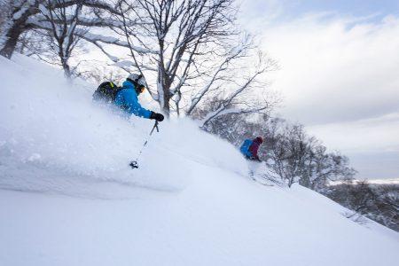 Iwanadaken huipun kautta pääsee vielä koskemattomampiin laskumaastoihin, mikäli malttaa jättää hitaamman kierroksen vuoksi yhden lumikissanousun välistä.