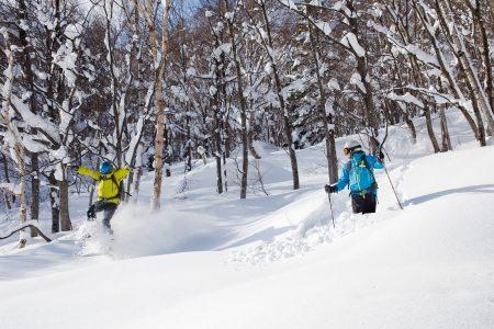 Asarin yläosan offarit päättyvät tasaiselle välikentälle, johon vauhti hiipuu syvässä lumessa nopeasti. Kun vauhti loppuu, pääsee ylähissille siirtymään lähes korkeuskäyrää pitkin.
