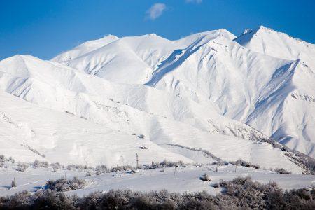 Gudaurin alueella käydään räjäyttelemässä lumivyörypaikkoja aktiivisesti. Osa kuvassa näkyvistä etelärinteistä on vyörynyt luonnollisesti. Taustalla Gudaurin hiihtokeskuksen ylähissi.