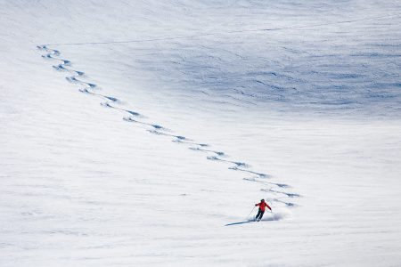 Joskus tuuli ehtii ensimmäisenä paikalle lumisateen jälkeen tekemään omat jälkensä pintaan. Tuulen käynti usein myös kovettaa lumen pintaa.