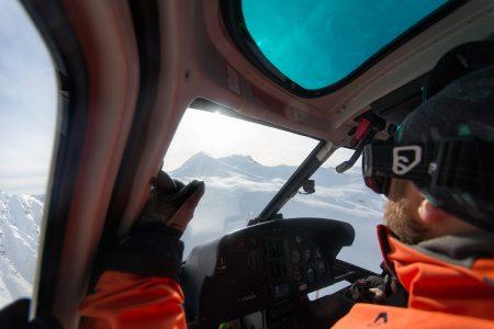 Kopterikyyti on kätevä, mutta ensikertalaisella varsin jännittävä kokemus. Välillä kopteri kallistaa, vispaa, tärisee ja lentää hieman kylki edellä.