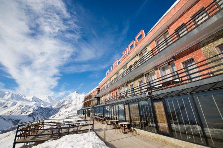 Gudaurin kylän yläpuolella sijaitseva Club 2100 -hotelli tarjoaa mukavaa maisemaa parvekkeiltaan ja terassiltaan.