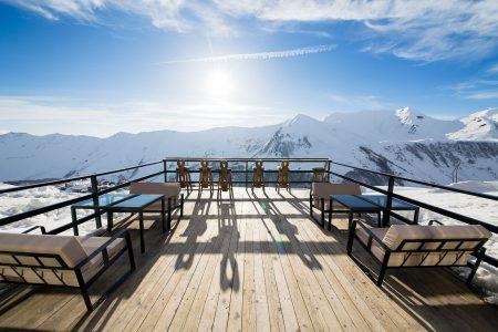 Gudaurin Club 2100 -hotellin terassi sopii myös iltapäiväkahvien nauttimiseen.