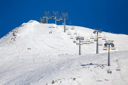 Gudaurin korkein yläasema on Sadzele West 3276 metrissä. Ylärinteet ovat pääosin jyrkkiä.
