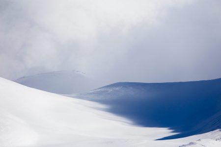 Gudaurin Sadzelen huipun tuntumassa vuoret ovat kauniin muotoisia.