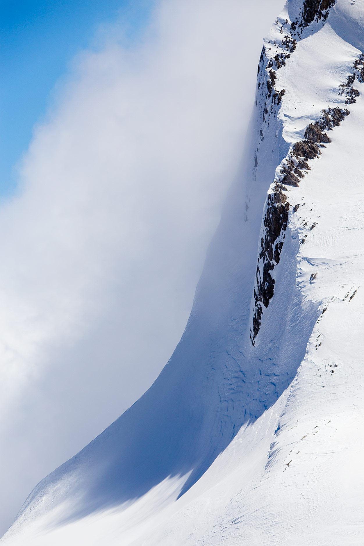 Gudaurissa lumi pysyy korkeuden ansiosta kuivana, vaikka aurinko paistaisi. Tuuli voi sen sijaan tehdä yllätyksiä.