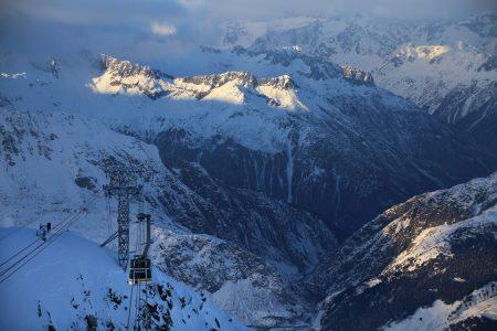 Gemsstockin kabiini nousee Andermattin kylästä 1519 metriä ylemmäs jylhälle huippuharjanteelle.