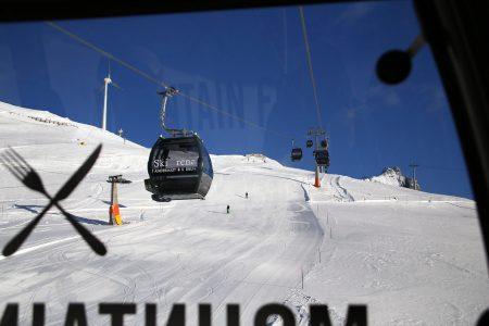 Andermattin ja Sedrunin välinen hiihtoalue on saanut koko välimatkalle uudet ja mukavat hissit. Gemsstockin puoli Andermattia pyörii sen sijaan iäkkäillä ja vähemmän mukavilla hisseillä.