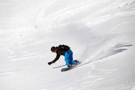 Alpeilla voi saada valohoitoa kaamokseen. Talvipäivänseisaus ei ole alppiauringossa pimeä vaan useammin vauhdikas ja hyvinkin luminen.