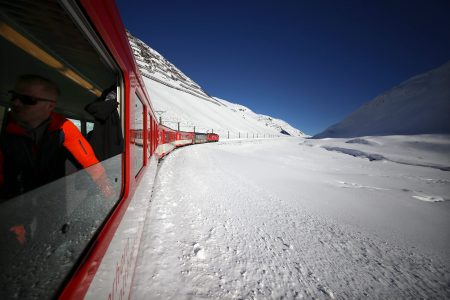 Andermattiin on kätevä saapua junalla. Sama väline toimii yllättävän hyvin myös hiihtoalueiden välisenä siirtymävälineenä. Nykyään liikkuminen Andermattin ja Sedrunin välillä onnistuu myös rinteitse.