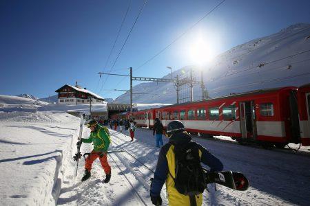Calmutin hiihtoalueen ala-asemalle yli 2000 metriin pääsee Andermattista ja Sedrunista myös junalla.